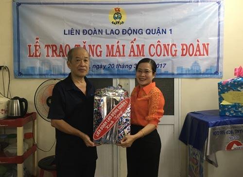 Bà Hồ Như Cát Tường - Phó Chủ tịch LĐLĐ quận 1, TP HCM - trao quà cho ông Nguyễn Trí Minh