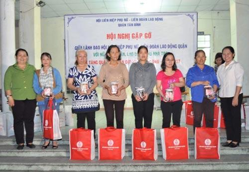 LĐLĐ cùng Hội LHPN quận Tân Bình, TP HCM tặng quà cho nữ công nhân ở trọ