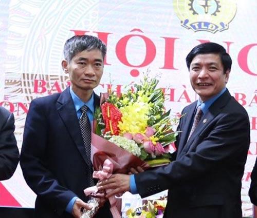 Ông Trần Văn Thuật (trái) nhận hoa chúc mừng của Chủ tịch Tổng LĐLĐ Việt Nam Bùi Văn Cường