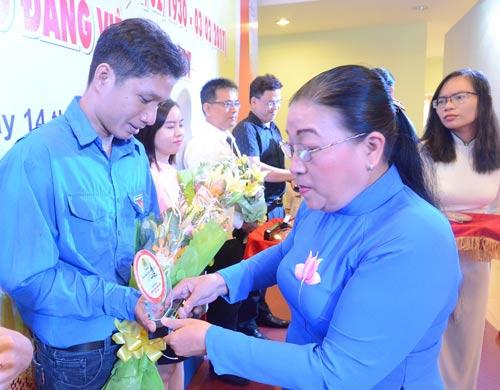 Bà Nguyễn Thị Bích Thủy, Phó Chủ tịch LĐLĐ TP HCM, tuyên dương các cá nhân điển hình học tập và làm theo Bác Hồ do Công đoàn Viên chức TP tổ chức