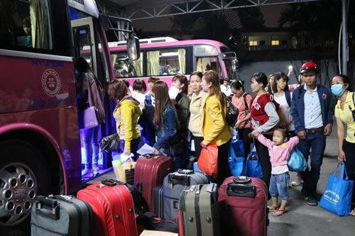 Sau khi nhận vé xe do LĐLĐ quận Gò Vấp tặng, các công nhân đã lên xe khởi hành về quê sum họp cùng gia đình Ảnh: MAI CHI
