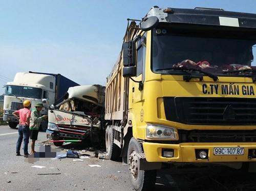 Tông đuôi xe tải, tài xế xe khách tử vong sau vô lăng - Ảnh 1.