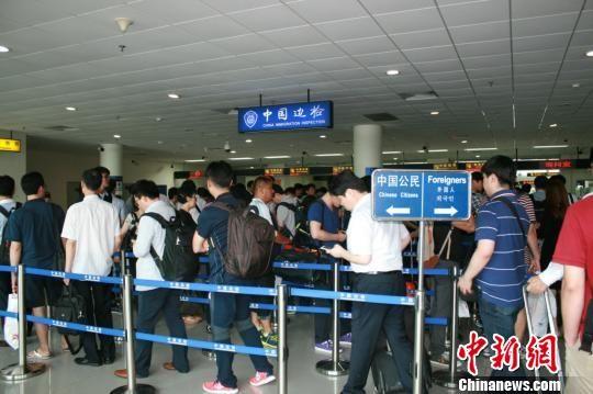 Trung Quốc lấy dấu vân tay của người nước ngoài từ 14-70 tuổi khi nhập cảnh tại Thâm Quyến từ ngày 10-2 Ảnh: CHINA NEWS