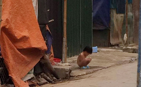 Cháu Tr.K.H. bị mẹ bắt cởi quần áo giữa trời mưa rét ngoài đường - Ảnh cắt từ clip
