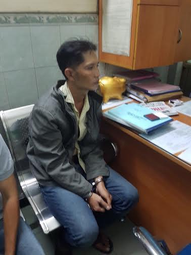 Bắt khẩn cấp kẻ kề dao cướp ở shop Sài Gòn - Ảnh 1.