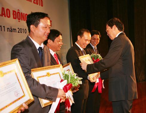 Trịnh Xuân Thanh (ngoài cùng bên trái) trong một lần đón nhận Huân chương lao động của PVC - Ảnh: PVC