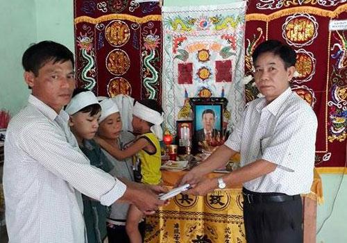 30 triệu đồng hỗ trợ gia đình ngư dân mất tích - Ảnh 1.