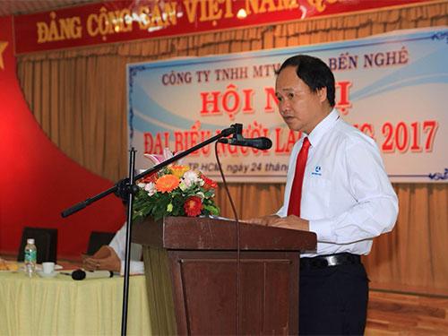Ông Nguyễn Ngọc Thảo, Tổng giám đốc Công ty TNHH MTV Cảng Bến Nghé, giải đáp các kiến nghị của người lao động tại hội nghị