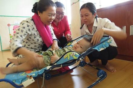 Phó Chủ tịch Tổng LĐLĐ Việt Nam Nguyễn Thị Thu Hồng (trái ảnh) thăm con công nhân tại Trường Mầm non Khu chế xuất Tân Thuận (TPH CM) .Ảnh: LÊ TUYẾT