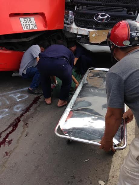 Thi thể nạn nhân xấu số kẹt giữa hai xe dính chặt. Ảnh: Đ.C
