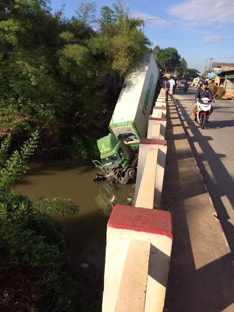Xe đầu kéo lao từ trên cầu xuống sông