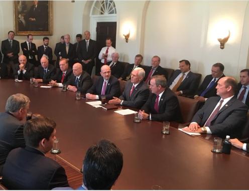Bức ảnh phó Tổng thống Mike Pence đăng tải cho thấy cuộc họp không có phụ nữ tham gia. Ảnh: Twitter