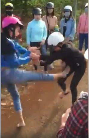 Hai nữ sinh đánh nhau như phim hành động. Ảnh cắt từ clip