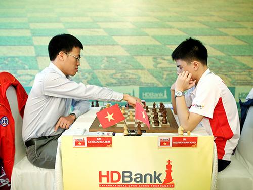 Lê Quang Liêm (trái) trong trận thắng Anh Khôi