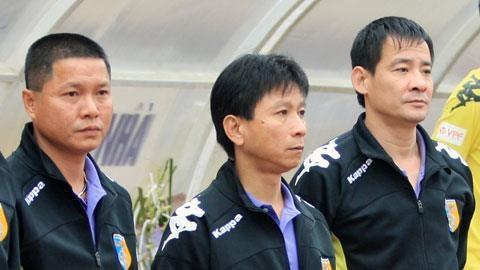 Trợ lý Văn Sỹ Sơn bị phạt 4 trận vì vái lạy trọng tài