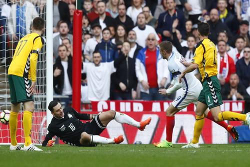Jamie Vardy ghi bàn chỉ 6 phút sau khi vào sân