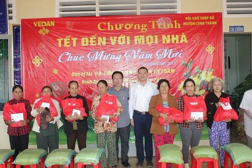 Ông Tsai Ping Hsuan (áo trắng), Phó Giám đốc Văn phòng Tổng Giám đốc - Công ty Vedan Việt Nam, trao quà Tết cho người dân xã Bình An - Đồng Nai