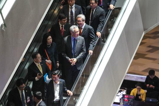 Kết thúc chuyến tham quan, Thủ tướng Lý Hiển Long ra xe để về khách sạn, chuẩn bị cho chuyến thăm Hà Nội vào đầu giờ chiều.