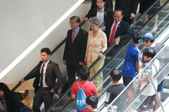Ít phút sau khi ông Lý ra về, bà Hà cũng rời trung tâm để lên xe về khách sạn.