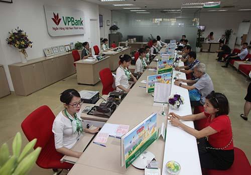 Khách hàng đang giao dịch tại VPBank