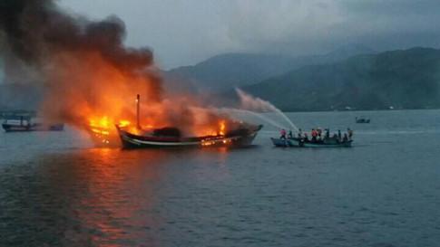 Hiện trường vụ cháy 3 tàu cá tại đầm Đạm Thủy vào rạng sáng 17-2 - ảnh: N.P
