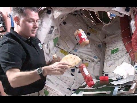Nhà du hành vũ trụ Robert Kimbrough của NASA đang làm bánh sandwich trong không gian.