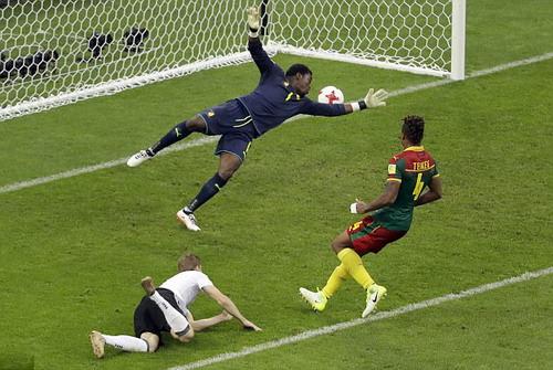 Trọng tài đuổi nhầm người hi hữu, Đức loại Cameroon - Ảnh 9.