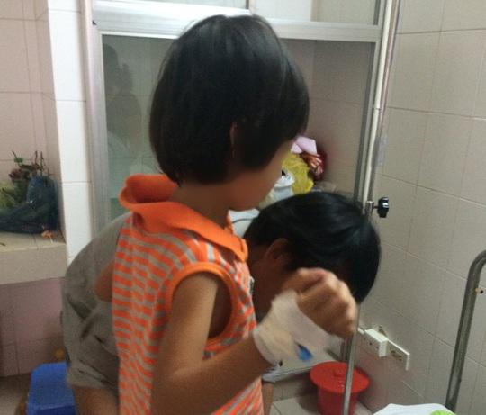 Cháu L.T.C. (6 tuổi, quận Cái Răng, TP Cần Thơ) được đưa vào bệnh viện điều trị sau khi bị yêu râu xanh xâm hại tình dục - Ảnh: C.T.V