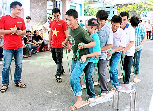 Công nhân Công ty ắc quy Đồng Nai tham gia trò chơi tập thể