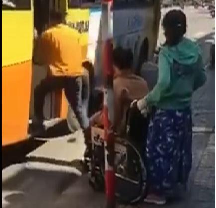 Phụ xe tiếp tục cho xe chạy và bỏ mặc lại người tàn tật trên đường. Ảnh cắt từ clip