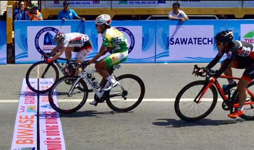Kajihara (trái) hơn Thật nửa vòng bánh xe ở mức đến