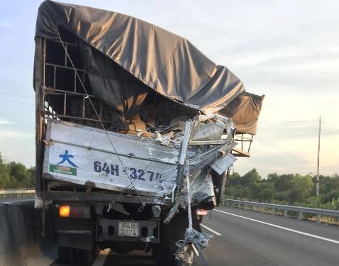 Xe tải bị hư phần hông do bị xe khách tông