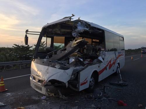 Chiếc xe khách vỡ phần đầu làm tài xế chết và 5 hành khách bị thương nặng