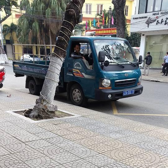 Hình ảnh xe biển xanh của UBND phường Thanh Khê Đông đậu trên vạch dành cho xe buýt đón trả khách bị người dân chụp lại phản ánh với CSGT. Ảnh: Facebook CSGT Đà Nẵng