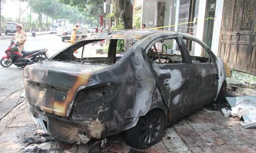 Cuồng ghen, đổ xăng đốt cháy rụi ô tô của người tình - Ảnh 2.