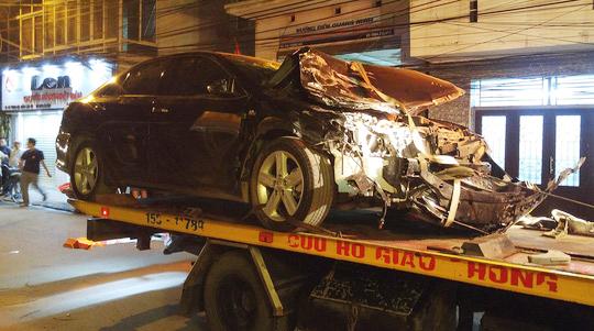 Chiếc xe điên gây tai nạn liên hoànbị hư hỏng nặng phần đầu
