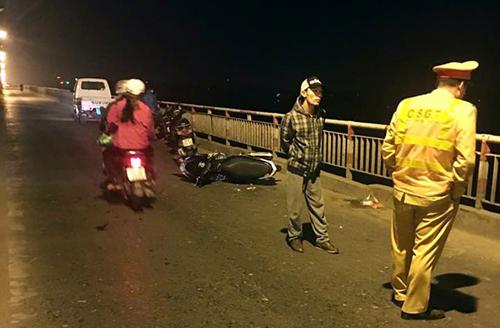 Chiếc xe máy của nạn nhân ở trên cầu - Ảnh: CAND
