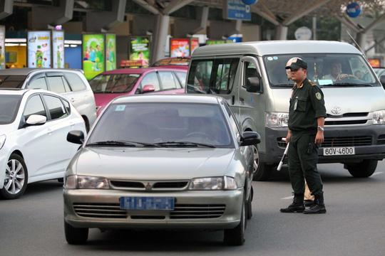 Sân bay Tân Sơn Nhất hiện chỉ có một lối ra vào duy nhất trên đường Trường Sơn