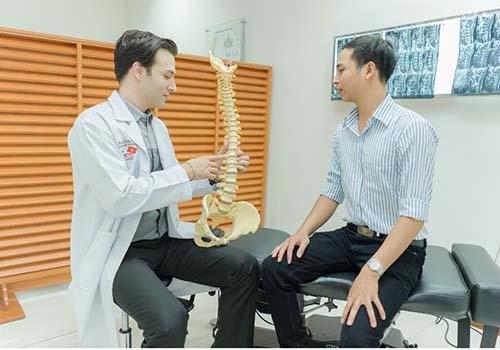 Bác sĩ hướng dẫn cách chăm sóc và bảo vệ cột sống cho bệnh nhân Ảnh: Việt Hương