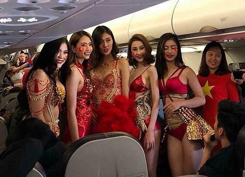 Người mẫu mặc bikini trên chuyên cơ chở U23 Việt Nam thanh minh - Ảnh 1.