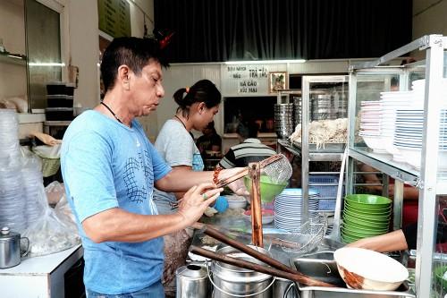 Tiệm mì ở TP HCM luôn đông nghịt khách từ 6h suốt 26 năm - Ảnh 2.