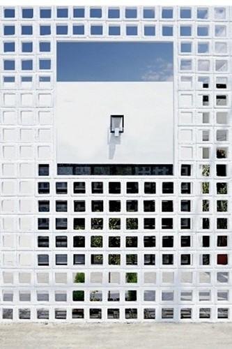 Ngôi nhà lạ mắt với bức tường gạch rỗng - Ảnh 4.