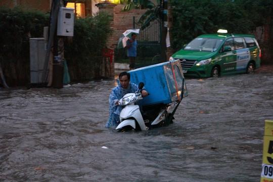 TP HCM: Triều cường đụng trời mưa, giao thông tê liệt - Ảnh 11.