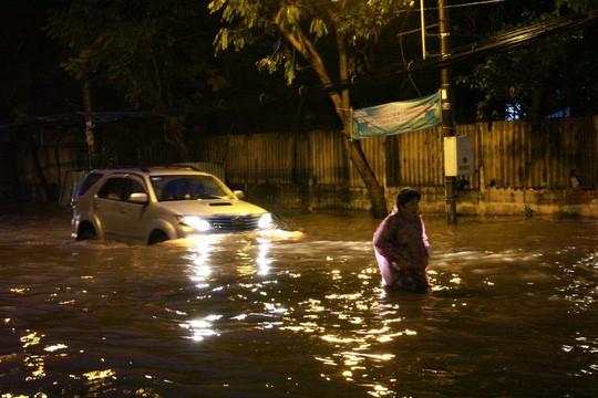 TP HCM: Triều cường đụng trời mưa, giao thông tê liệt - Ảnh 12.
