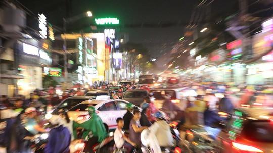 TP HCM: Triều cường đụng trời mưa, giao thông tê liệt - Ảnh 15.