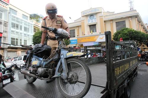 Quá tải xe máy vô chủ ở TP HCM, Đồng Nai - Ảnh 2.