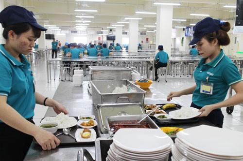 Công nhân cần có bữa ăn giữa ca ngon, đủ chất - Ảnh 1.