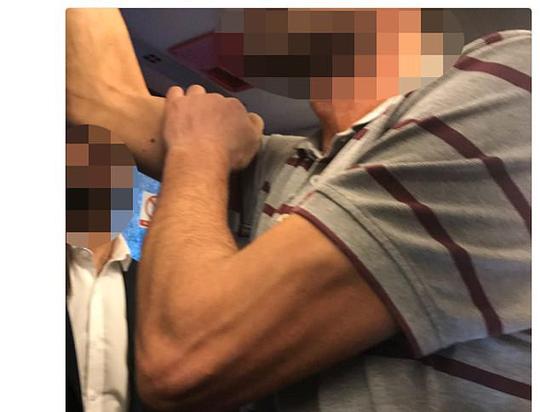 Cảnh sát Anh bắt nghi can tấn công tình dục sao nữ trên tàu điện - Ảnh 2.