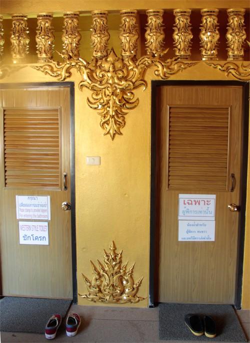 Nhà vệ sinh công cộng đẹp như cung điện dát vàng - Ảnh 9.