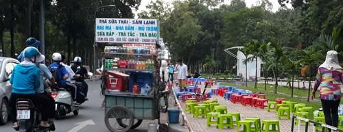 Hàng rong vây Công viên Gia Định - Ảnh 1.